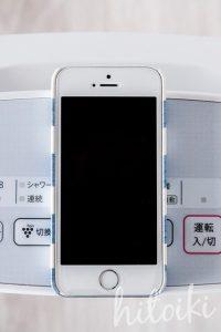 人気のセラミックファンヒーター(シャープのHX-F120-W)の奥行き(iPhoneSEとほぼ同じ)