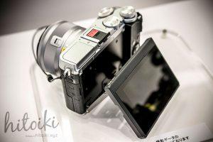 Canon(キヤノン)EOS M6の外観(ブラック・シルバー)自分撮りが簡単にできるチルト機構搭載の液晶モニター