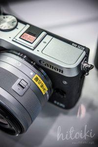 Canon(キヤノン)EOS M6の外観(ブラック・シルバー)ロゴとストロボ付近